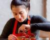Bedrijfsfotografie zakelijke fotoshoot vrouw maakt taarten door bedrijfsfotograaf FotoGrietje uit Deventer