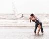 Fotoshoot zee loveshoot preweddingshoot koppel op strand in Noordwijk door fotograaf Grietje Mesman